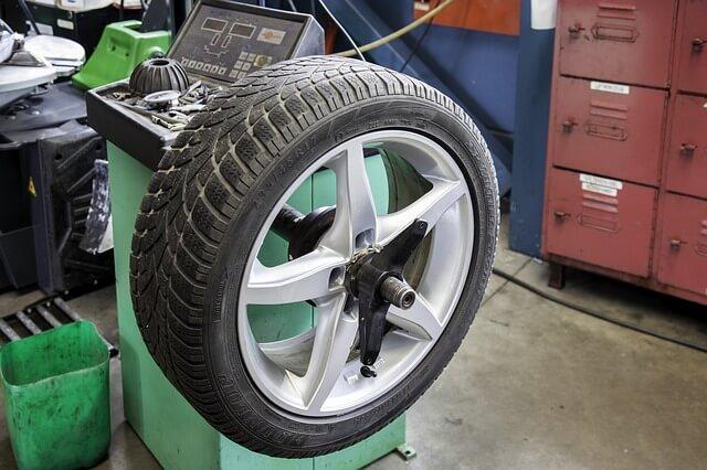 BMWのランフラットタイヤ交換作業写真