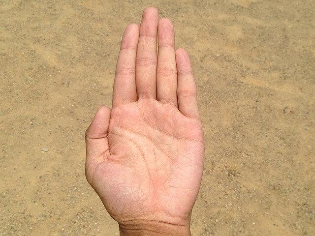 鈑金修理は手のひらを使って確認します