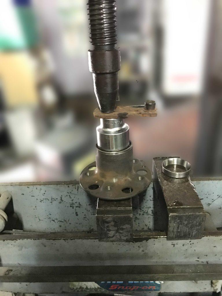 ハブベアリング圧入する特殊工具プレス