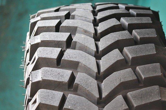 前か後ろのタイヤの溝から出る異音(タイヤのブロックパターンの音)